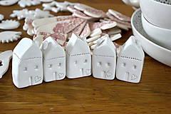 Dekorácie - Biely keramický domček - 11298800_