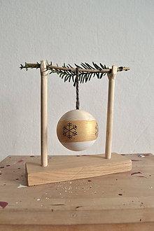 Dekorácie - Vianočná drevena guľa so stojanom - 11301638_