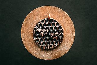 Náhrdelníky - Prívesok letiace včely - 11304830_