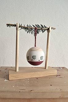 Dekorácie - Vianočná drevena guľa so stojanom - 11302013_