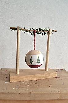 Dekorácie - Vianočná drevena guľa so stojanom - 11302021_