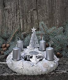 Dekorácie - adventný veniec biela + strieborná so stromčekom - 11307799_