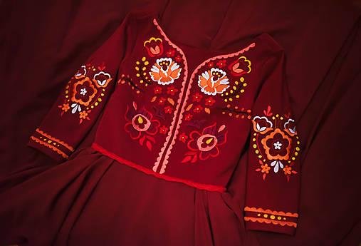 Bordové vyšívané šaty