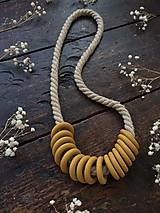 Náhrdelníky - Hořčicové kroužky na laně - 11306121_