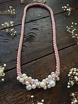 Pudrové lano pošité perlami