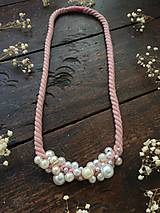 Náhrdelníky - Pudrové lano pošité perlami - 11306155_