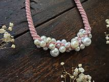 Náhrdelníky - Pudrové lano pošité perlami - 11306156_