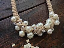 Náhrdelníky - Pudrové lano pošité perlami - 11306160_