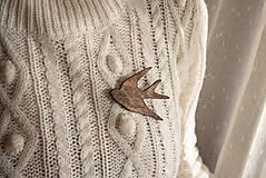 Odznaky/Brošne - Drevená brošňa vtáčik - 11307986_