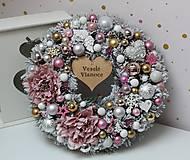 Dekorácie - Zimný zasnežený venček s vianočnými ružami ružovo-zlato-strieborný 35cm - 11306474_