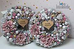 Dekorácie - Zimný zasnežený venček s vianočnými ružami ružovo-zlato-strieborný 35cm - 11306475_