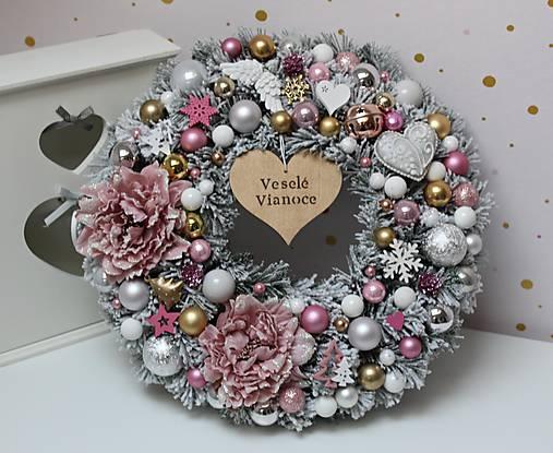 Zimný zasnežený venček s vianočnými ružami ružovo-zlato-strieborný 35cm