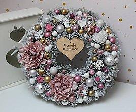 Dekorácie - Zimný zasnežený venček s vianočnými ružami ružovo-zlato-strieborný 35cm - 11306473_
