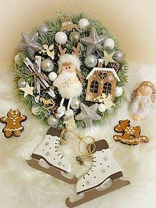 Dekorácie - Vianočný veniec s dievčatkom - 11308292_