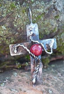 Náhrdelníky - Krížik s rubínom - 11307635_