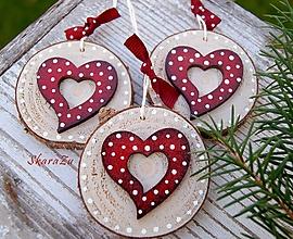 Dekorácie - Srdiečka na dreve - 11309489_