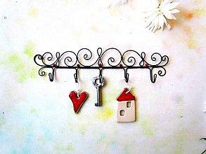 Nábytok - ornamentový vešiak s korálikmi ( väčší) - 11308366_