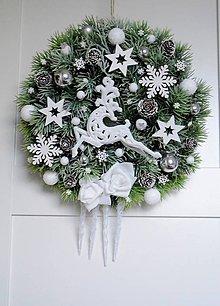 Dekorácie - Vianočný veniec s jeleňom v bielom - 11313522_