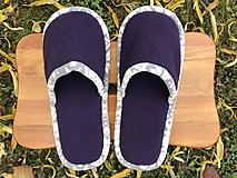 Obuv - Fialové papuče so šedobielym lemom - 11311450_