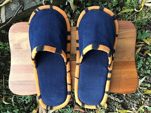 Modé papuče s oranžovým pásikom
