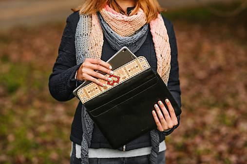 Kožené puzdro na tablet/notebook Folk čierne - srdce