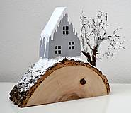 Dekorácie - Zimná dekorácia-Na kopčeku domček,pri domčeku stromček... - 11321636_