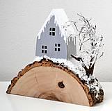 Dekorácie - Zimná dekorácia-Na kopčeku domček,pri domčeku stromček... - 11321648_