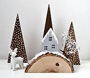 Dekorácie - Zimná dekorácia-Na kopčeku domček,pri domčeku stromček... - 11321649_