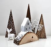 Dekorácie - Zimná dekorácia-Na kopčeku domček,pri domčeku stromček... - 11321653_