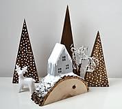 Dekorácie - Zimná dekorácia-Na kopčeku domček,pri domčeku stromček... - 11321657_