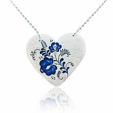 Náhrdelníky - Drevený náhrdelník – Srdce modrý motív bielo-modré - 11321971_