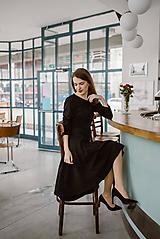 Šaty - Čierne šaty z pevného úpletu s áčkovou sukňou - 11324723_