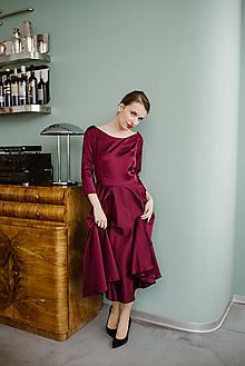 Šaty - Saténové burgundy šaty s kruhovou sukňou a lodičkovým výstrihom - 11324600_