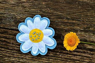Odznaky/Brošne - Brošňa kamilka (Biela na modrej) - 11329008_