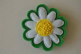 Odznaky/Brošne - Brošňa kamilka (Biela na zelenej) - 11329010_