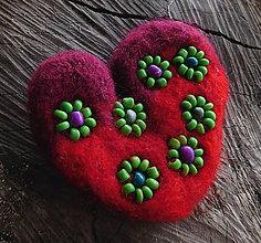Odznaky/Brošne - plstená brož kvietky v srdci - 11326171_