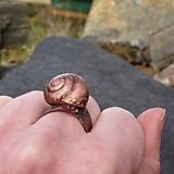 Prstene - Medený prsteň s pokovanou slimačie ulitou - 11328866_