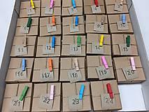 Dekorácie - adventný kalendár farebne štipčeky - 11327089_