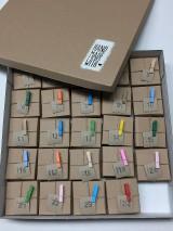 Dekorácie - adventný kalendár farebne štipčeky - 11327095_