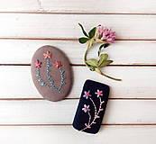 Odznaky/Brošne - Tri vyšívané kvety - 11331129_