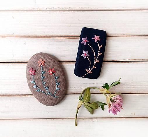 Tri vyšívané kvety