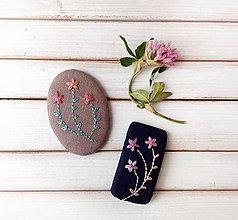 Odznaky/Brošne - Tri vyšívané kvety (Hnedastý ovál) - 11331129_