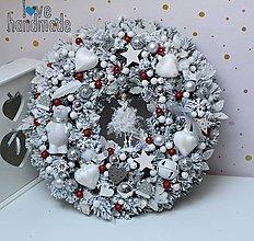 Dekorácie - Zimný mega veniec strieborno-bielo-červený s polárnym mackom a vílou 45cm - 11335920_