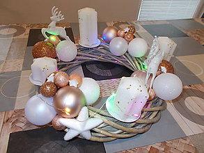 Dekorácie - Veľký svietiaci adventný veniec s jeleňmi - 11335262_