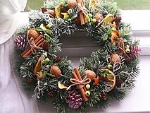 Dekorácie - Vianočný veniec na dvere ... s vôňou škorice a pomaranča... - 11338879_