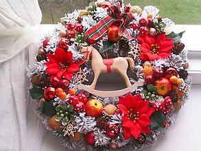 """Dekorácie - Vianočný veniec na dvere """" zasnežený s koníkom """" - 11338972_"""