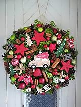 Dekorácie - Vianočný veniec s autíčkom - 11346212_