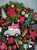 Dekorácie - Vianočný veniec s autíčkom - 11346217_