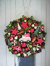 Dekorácie - Vianočný veniec s autíčkom - 11346219_