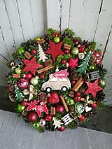 Dekorácie - Vianočný veniec s autíčkom - 11346224_